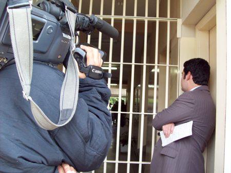Repórter Thiago Ariose, da TV TEM, espera